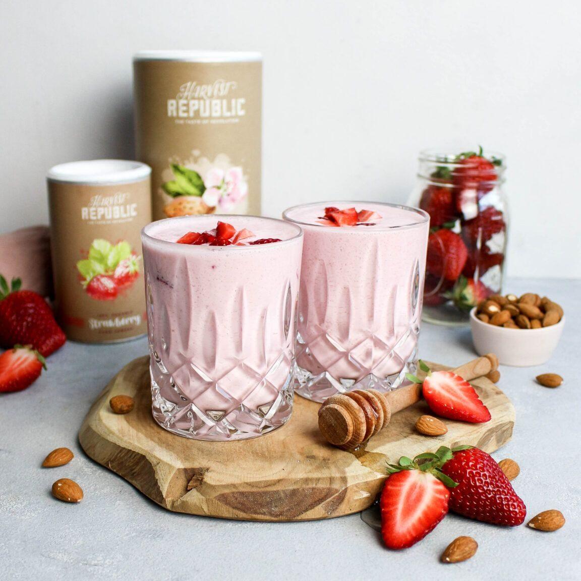 Sommerlicher Erdbeer Mandel Smoothie - mit Rezept